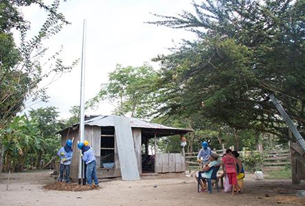 instalacion poste para cableado de energia electrica